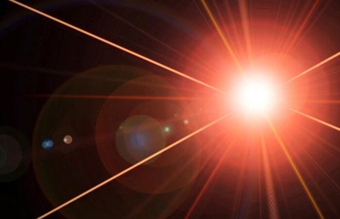 Лазерное стекло, усиливающее лазерное излучение