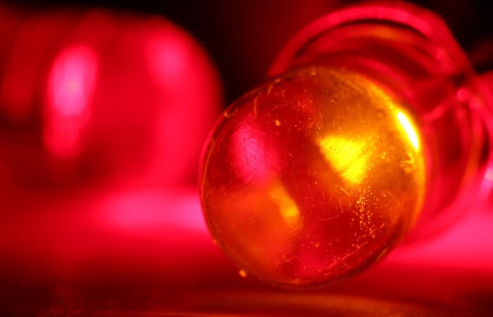 Светодиод , самостоятельно изменяющий цвет
